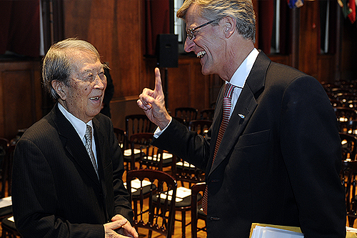 Jonas Hafström (right), the Swedish ambassador to the United States, laughs with Professor Emeritus Yoichiro Nambu before awarding him the Nobel Prize in Physics at a special ceremony at International House.